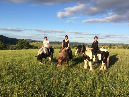 Twee zussen met moeder te paard in de Morvan, heerlijke buitenrit vlakbij de Mont Beuvray