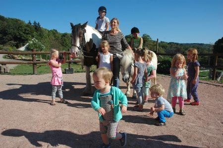 Plezier voor de kindjes, pony en tractor-rijden bij Morvan Rustique