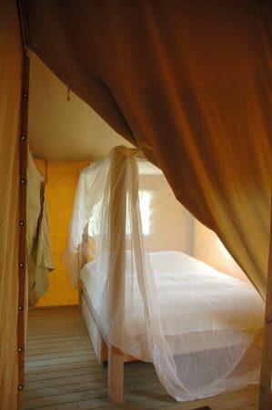 Goed slapen, de steigerhouten hemelbedden die in de lodgetenten van Morvan Rustique staan zorgen voor een goede nachtrust