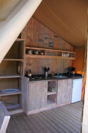 Steigerhouten keuken van de Lodgetenten bij Morvan Rustique.